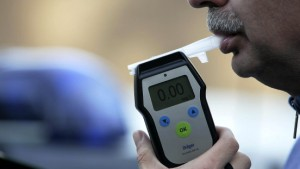 Handwerker kommt angetrunken zu Reparatur bei Polizei