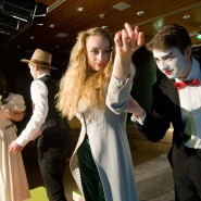 Generalprobe: Faust (Alexander Köhl) mit Gretchen (Lisa Kololitzek), im Vordergrund Mephisto (Matthias Seider) mit Marthe (Vivien Vincon)