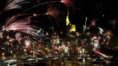 """""""Ist es nicht schön?"""" Die Faszination Silvester-Feuerwerk hängt auch von der Kulisse, wie hier der Frankfurter Skyline, ab."""