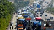 Unfallschwerpunkt: Immer wieder gibt schwere Unfällen mit Lastwagen auf der A3 nahe Limburg. Folge: kilometerlange Staus (Symbolbild)