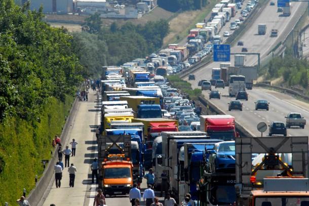 Bild Zu Schwerer Lastwagen Unfall Führt Zu Stau Auf A3 Bei Limburg