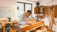 Auf der Suche nach dem richtigen Ton: Der Cembalobauer Christian Fuchs stimmt ein Clavichord in seiner Werkstatt in Höchst.