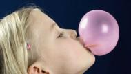 Vor dem Platzen: Diese Kaugummi-Blase ist schon ganz gut, aber bis zum Weltrekord von angeblich 58,4 Zentimetern ist es noch weit.