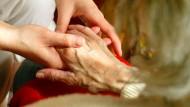 Beistand: Die professionelle Pflege im Hospiz kann manches erleichtern, zumal dann, wenn die Sterbenden ihren Angehörigen trotzdem nahe sein können.