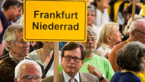 Montags-Demonstration gegen Fluglärm - Die Bürgerinitiativen gegen den Flughafenausbau und für ein Nachtflugverbot demonstrieren am Frankfurter Flughafen.