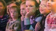 Gespannt lauschen: Kinder bei den Sonntagsgeschichten