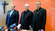 Neuanfang gestalten: Bis auf weiteres führen Weihbischof Grothe (Mitte) und Pfarrer Wolfgang Rösch (rechts) das Bistum Limburg; links Sprecher Schnelle