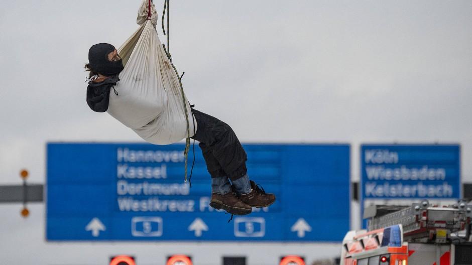 Abgeseilt: Aktivist, der gegen den Weiterbau der A49 protestiert, gesehen im Oktober über der A5 am Frankfurter Flughafen