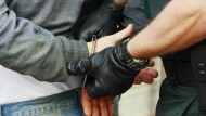 Dingfest: Kurz nach einem Banküberfall konnten Polizisten in Kassel den mutmaßlichen Räuber stellen (Symbolbild)