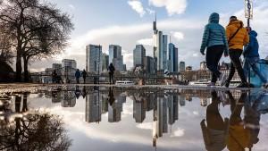 Dichte Wolken und Schauer in Hessen