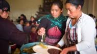 Frühstück: Morgens gibt es Bohnenbrei mit Tortillas für die Kinder in Esperanza
