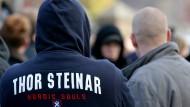 Bekannte Rechte in Hessen haben mehr legale Schusswaffen in ihrem Besitz: Das Bild zeigt Teilnehmer eines Neonazi-Aufmarsches. (Archivbild)