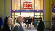 Demnächst mit Termin? Die Bahn erprobt für Reisezentren die Vergabe via Internet. Das DB-Reisezentrum in Frankfurt ist noch nicht so weit.