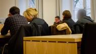Da waren es nur noch zwei: Von den Angeklagten sind zwei untergetaucht, so dass nur noch gegen zwei mutmaßliche Täter verhandelt wird.