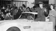 BMW 507 Roadster: Elvis Presley holte den Wagen 1958 höchstpersönlich ab und erhielt den Schlüssel von Schauspielerin Uschi Siebert (rechts).
