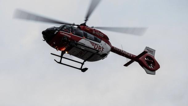 Mann wird von Anhänger erfasst und getötet – Unfall mit schwer verletztem Kind