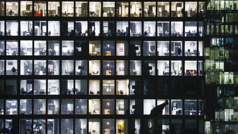 Viel Betrieb: Trotz der Corona-Beschränkungen gehen viele Beschäftigte weiter ins Büro, wie auch ein Blick in ein Frankfurter Hochhaus am Mittwoch zeigt.