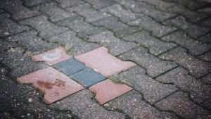 Holocaust-Ausstellung bleibt trotz Stolperstein-Attacke