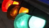 Farbenlehre: In Kassel senden Ampeln an eine App bald die Information, wie lange die Grünphase an der Kreuzung noch dauert.
