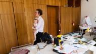 Leben im Büro: Ragna Körby wohnt mit Tochter und Freund probeweise im ehemaligen IHK-Gebäude in Offenbach.