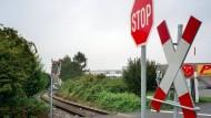 Mann an Bahnübergang von Zug tödlich verletzt