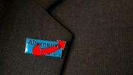 Bekennend: Eine Anstecknadel sitzt am Revers eines AfD-Anhängers.