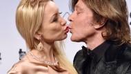 """""""Ich will mit ihr alt werden"""": Jürgen Drews und seine Frau Ramona, nicht im Bett im Kornfeld, aber auch nach mehr als 20 Jahren Ehe noch wie frisch verliebt."""