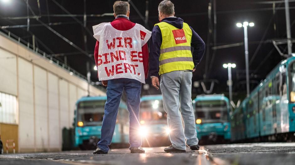 Stillstand: Streikende Mitarbeiter stehen am frühen Morgen in einem Frankfurter U-Bahn-Depot.