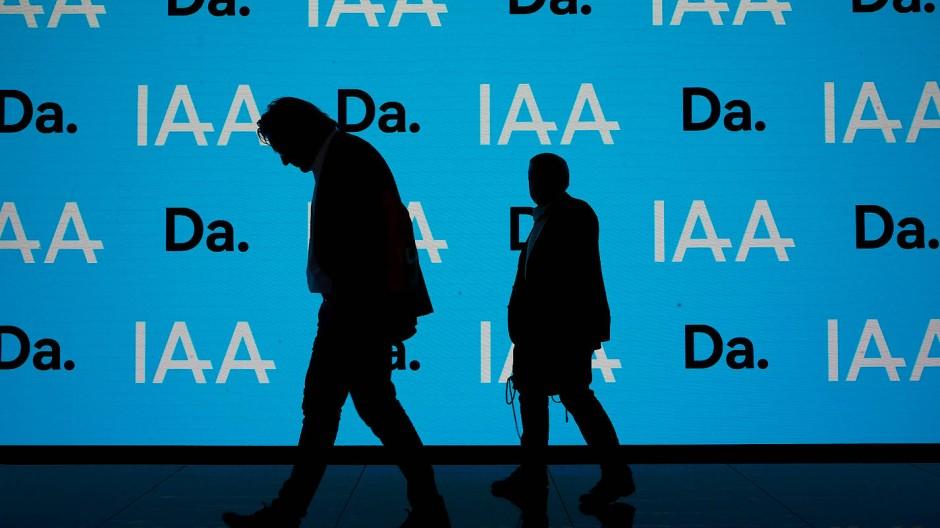 Hängepartie: Ein Besucher läuft an einer Leuchtwand auf der IAA vorbei