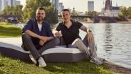 Hessen-Champions: Manuel Müller und Dennis Schmoltzi, Gründer und Geschäftsführer der Bettzeit GmbH, bekannt durch Emma Matratzen