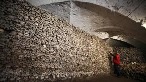 Schädel und Knochen von Tausenden Verstorbenen