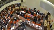 Die Frauen im grauen Blazer am rechten Bildrand ist die Angeklagte Beate Zschäpe: Blick in den Sitzungssaal des NSU-Prozesses