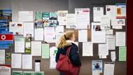 Analoge Stellenbörse: Auch im Internetzeitalter lohnt bei der Praktikumssuche ein Blick auf die Schwarzen Bretter der Hochschulen - wie hier im Hörsaalzentrum auf dem Westend-Campus der Goethe-Uni.
