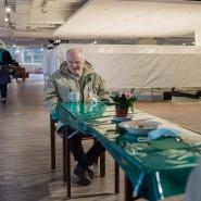 Distanz ist bei den Mahlzeiten im Karstadt Sport gewahrt: Joachim Ringwald im Gespräch auf Abstand.