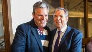 Die beiden Oberbürgermeisterkandidaten, Eberhard Seidensticker (l, CDU) und Gert-Uwe Mende (SPD), stehen für ein Foto zusammen.