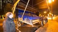 Verfrühter Endspurt: Schon am Donnerstagabend begann der Abbau an der Alten Oper.