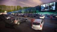 """Parkplatzkino: Die Besucher des Autokinos Gravenbruch sehen sich neben den Autos um sie herum auch den Film """"The First Avenger: Civil War"""" an."""