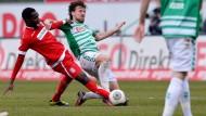 Zweikampf: FSV-Spieler Nestor Djengoue (l.) mit dem Fürther Ilir Azemi.
