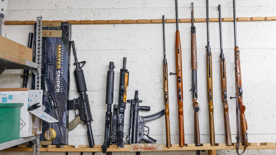 Zum Vernichten freigegeben: Waffen in einer Asservatenkammer in Frankfurt