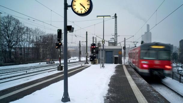 S-Bahn im Schnee - die winterlichen Verhältnisse in Frankfurt machen der RMV Schwierigkeiten.