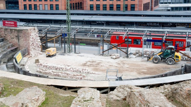 Der Blick von den Bahngleisen auf die Reste des Römischen Bühnentheaters ist  jetzt frei. Wir bräuchten ein Foto von Gleis vier oder einem anderen Gleis aus, auf dem  man das Theater gut sehen kann