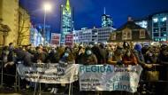 Wöchentliches Treiben: Seit einigen Wochen protestieren an der Frankfurter Hauptwache Hunderte gegen die dortige Pegida-Mahnwache - nicht immer gewaltfrei.