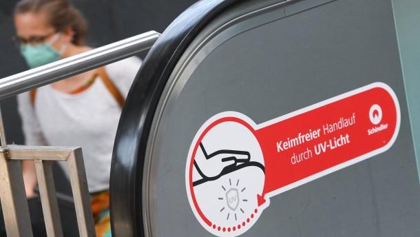 Bahn testet Reinigung von Rolltreppen per UV-Licht