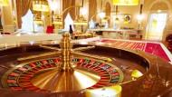 Von wegen gesunder Arbeitsplatz: Das hessische Nichtraucherschutzgesetz erlaubt das Qualmen in Spielbanken - auch wenn Angestellte dagegen sind