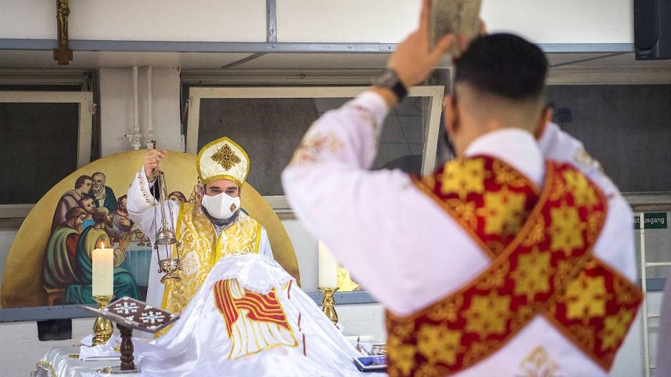 Weihnachten im Untergeschoss: Pfarrer Maurice Bassili hält am Heiligen Abend der koptischen Christen den Gottesdienst im Speisesaal der Markuskirche.