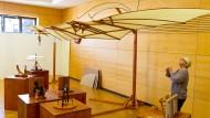 Maßstabsgetreu: Im Bürgersaal von Oestrich-Winkel werden Holzmodelle nach Leonardo da Vincis Entwürfen gezeigt.