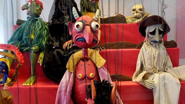 """Richter Marionetten - das Hessisches Puppenmuseum in Hanau Wilhelmbad zeigt die Ausstellung """"Der Gold spinnende Kobold von Hanau"""" zur Marionetten-Dynastie der Familie Richter"""