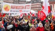 Tradition: Zur Kundgebung des DGB füllte sich auch an diesem 1. Mai wieder der Frankfurter Römerberg.