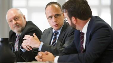 Will kein Schiedsrichter sein: Innenminister Peter Beuth zwischen F.A.Z.-Mitherausgeber Werner D'Inka (links) und Ressortleiter Matthias Alexander