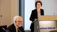 Präsentiert gute Zahlen: Eva Wunsch-Weber, Vorstandsvorsitzende der Frankfurter Volksbank. Links Manfred Ruhs, ihr Amtskollege der Volksbank Höchst.